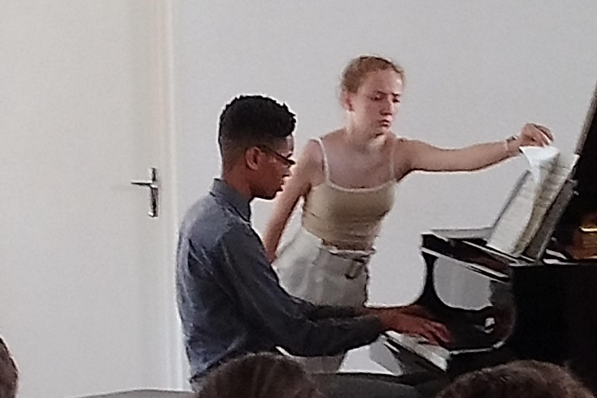 Pianiste et tourneuse de page en concert