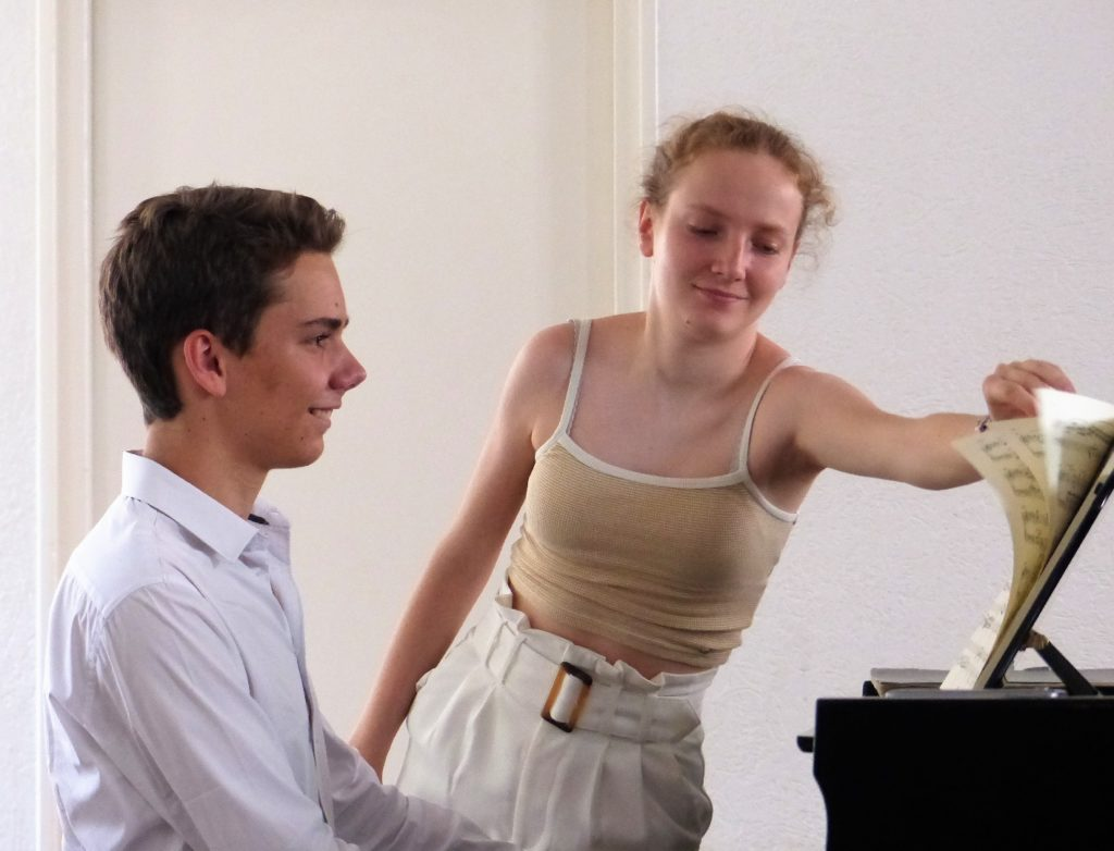 Deux stagiaires au piano